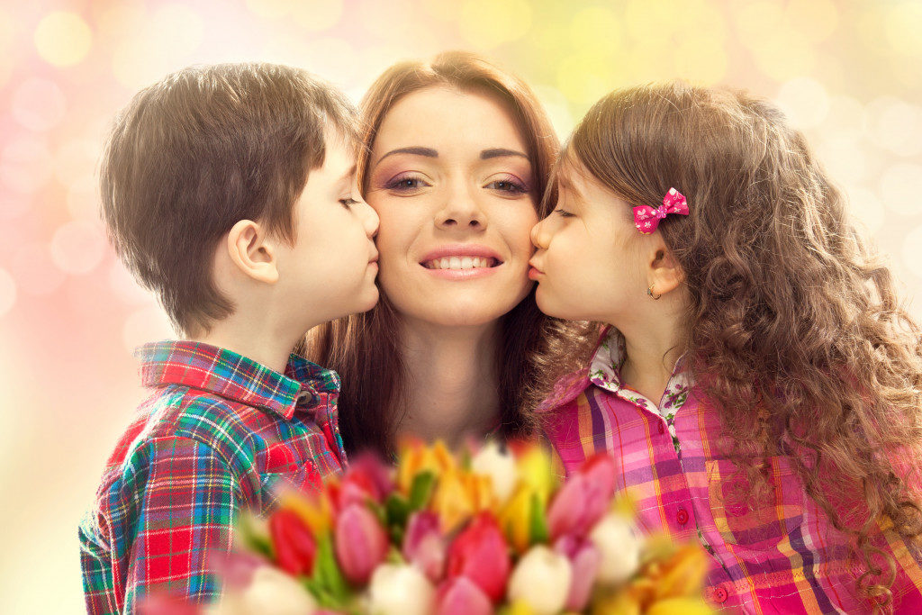 kids kissing their mom