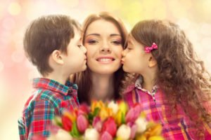 kids kissing their mom